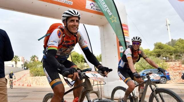 El pentacampeón del Tour de Francia Miguel Indurain (que ha terminado en el puesto 42 de la general), cruza la meta de la quinta y última etapa de la Titan Desert 2020.