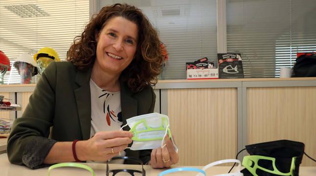 María Mayo Orofino, gerente de Meplasjar SL, muestra el adaptador de mascarillas que fabrican.