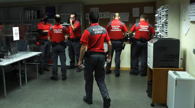 Agentes de Seguridad Ciudadana en la comisaría central de Beloso, en Pamplona.
