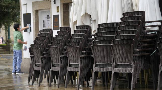 Foto de un trabajador de la hostelería en Santiago de Compostela.