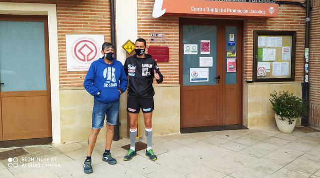 Joseba Azlueta con personal del Ayuntamiento de la localidad burgalesa de Belorado, en una de las etapas rumbo a Santiago.