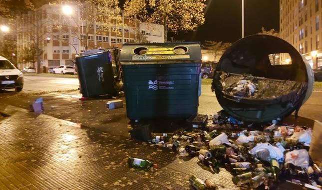 Foto de contenedores volcados tras incidentes en el barrio de la Rochapea de Pamplona.