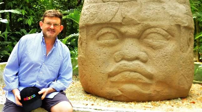 Foto de Carlos Sola Ayape, junto a una cabeza de la civilización Olmeca (3 m de altura y 40 tm de peso), en el Parque Museo La Venta (Villahermosa).