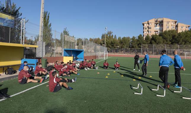Los jugadores del Tudelano escuchan las instrucciones de Nacho Martín en uno de sus entrenamientos.