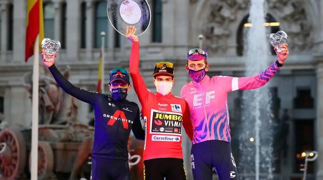 Fotos del podio final de la Vuelta a España 2020 y de su última etapa. Maillot rojo para Roglic y victoria de etapa para Ackermann