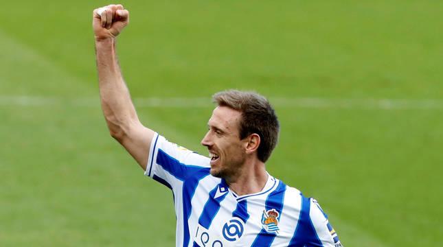 El navarro Monreal celebra el primer gol de la Real Sociedad ante el Granada.
