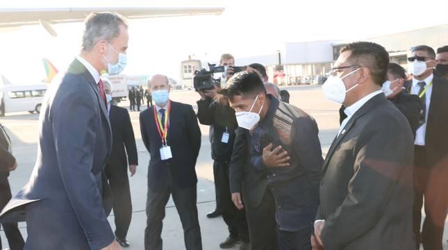 El presidente de la Cámara de los Diputados de Bolivia, Andrónico Rodríguez, se inclina ante el Rey Felipe VI en el aeropuerto de La Paz.