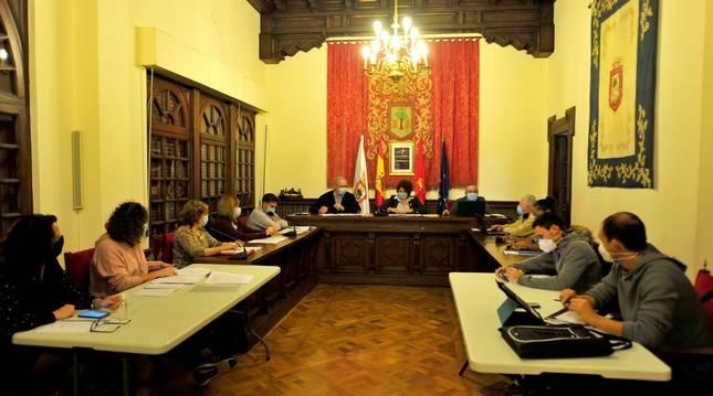 Foto de un momento del pleno en el que el Ayuntamiento de Olite aprobó las tasas e impuestos.