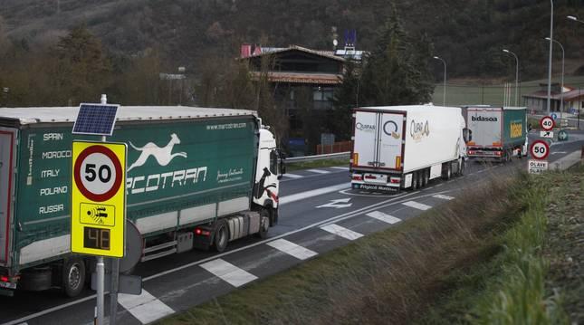 Foto de una hilera de camiones en la travesía de Olave, incluida en el segundo tramo de reforma.
