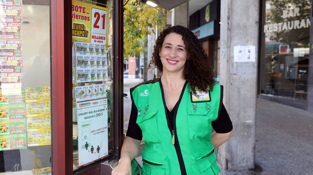 La vendedora de la ONCE Noelia García Pérez, de 41 años, en un kiosko de la calle Mayor de Burlada'.
