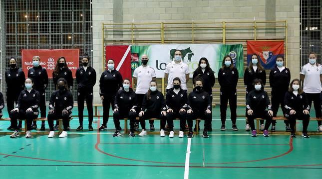 Foto de la plantilla y el cuerpo técnico del Osasuna Lacturale Orvina, este lunes por la tarde en el Polideportivo de Ezkaba donde se presentó el equipo.