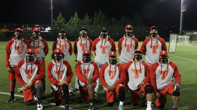 Foto de la plantilla de los Toros, equipo navarro de béisbol, antes de empezar el entrenamiento de este lunes en el Colegio Irabia.