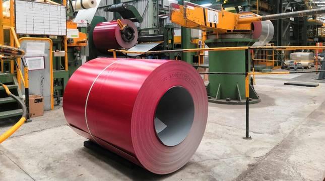 Una bobina con el acero prelacado de color rojo 'orbite' dentro de la fábrica de ArcelorMittal en Berrioplano.