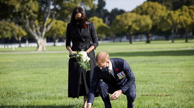 Foto de los duques de Sussex dejando flores en el Cementerio Nacional de Los Angeles.