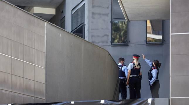 Foto de mossos d'esquadra en el domicilio de Lloret de Mar (Girona) donde una mujer de 49 años de nacionalidad belga ha sido asesinada presuntamente por su pareja.