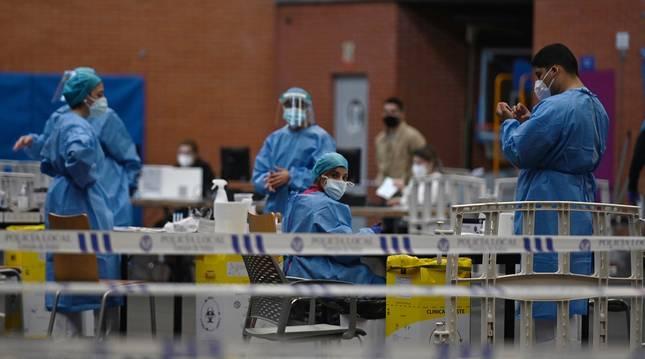 Foto de personal sanitario durante los test serológicos masivos realizados en Torrejón de Ardoz, este martes.