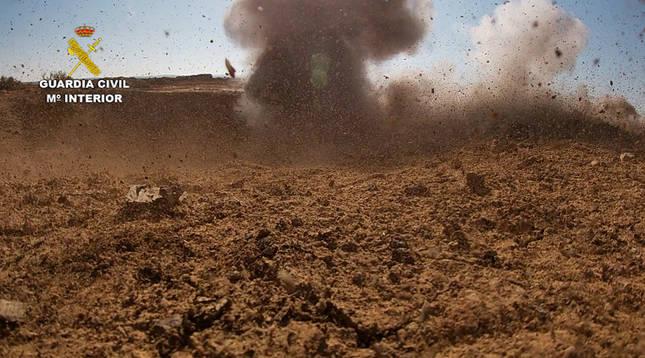 La Guardia Civil destruye dos proyectiles de artillería en Peralta y Castejón