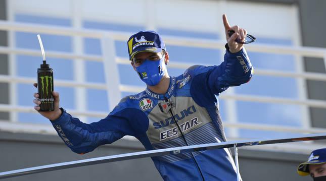 Joan Mir celebra la victoria en el GP de Europa en el podio del circuito Ricardo Tormo de Cheste.