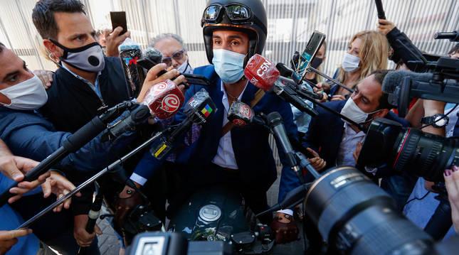 El médico de Maradona, Leopoldo Luque, atiende a los medios a su llegada al hospital.