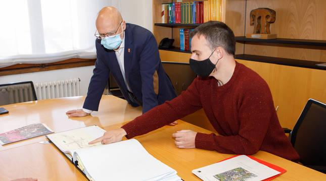 El consejero de Cohesión Territorial, Bernardo Ciriza, junto al alcalde de Irurtzun, Aitor Larraza, observan el proyecto.