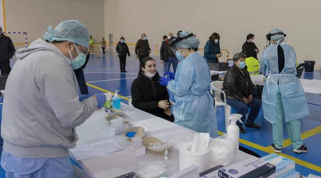 Foto de sanitarios realizan pruebas a vecinos de Murchante que participaron en el cribado.