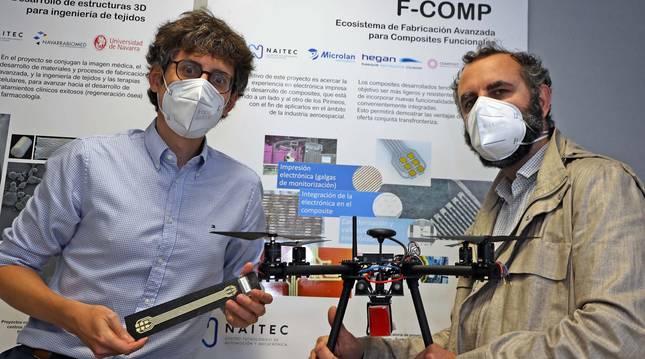 Foto de Aingeru Barrio (izquierda) posa con una muestra del proyecto, cables impresos.