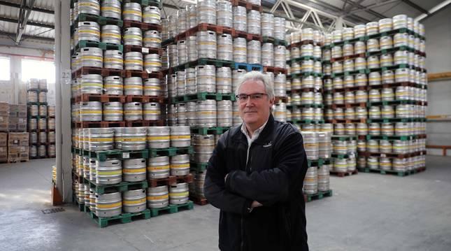 Foto de Javier Delgado, junto a los barriles de cerveza del almacén de Canasa Logística en Arre.