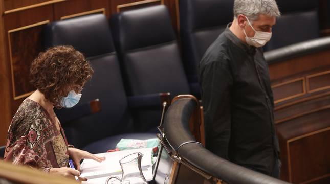 El diputado de EH Bildu en el Congreso, Oskar Matute, pasa al lado de la ministra portavoz y de Hacienda, María Jesús Montero, en el Congreso de los Diputados durante la segunda jornada del debate de los Presupuestos Generales para 2021.