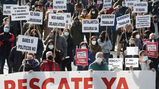 Cientos de hosteleros navarros se han concentrado este jueves frente al Palacio de Navarra, sede del Gobierno foral, y posteriormente en la Plaza del Castillo, para protestar por el mantenimiento del cierre del sector.