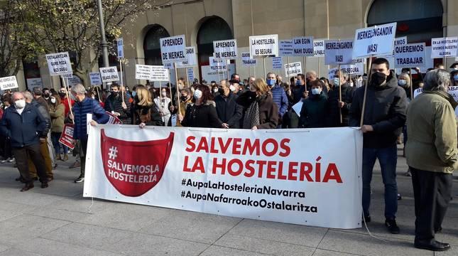 Concentración de hosteleros navarros en Pamplona para reclamar medidas de apoyo.