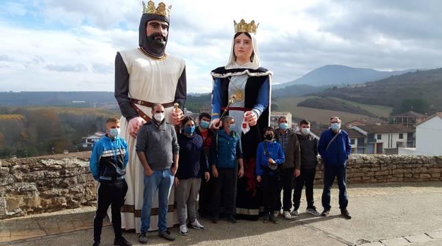 Miembros de la comparsa de Cáseda, con los nuevos gigantes Alfonso I el Batallador y Urraca I de León.