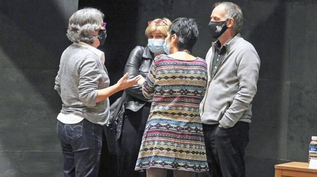Los representantes de Bildu Adolfo Araiz, Arantza Izurdiaga y Laura Aznal, consultando con la letrada del Parlamento Nekane Iriarte.