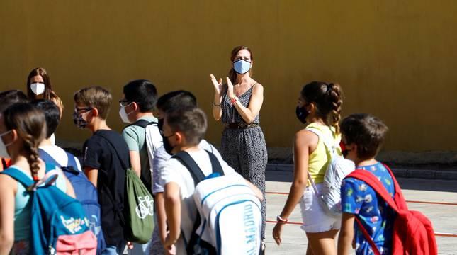 La maestra de un colegio público de Córdoba aplaude a sus alumnos, el primer día de clase, el pasado septiembre.