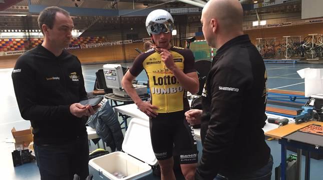 Jon Iriberri conversa con Primoz Roglic y otro técnico del Jumbo Visma en unos test en el velódromo.