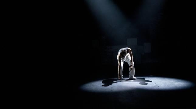Un actor de teatro interpreta una pieza sobre el escenario