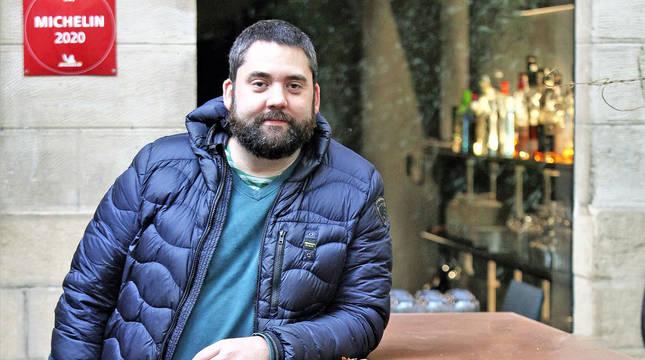 El chef Jesús Iñigo, en la terraza de su restaurante Ábaco de la cuesta de Labrit.