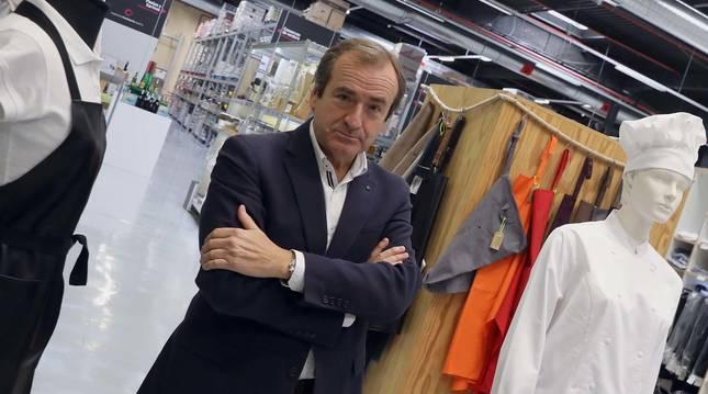 El gerente de la Cooperativa de Hostelería de Navarra, Javier Arístegui Berazaluce, en la zona de uniformes de la tienda de Burlada.