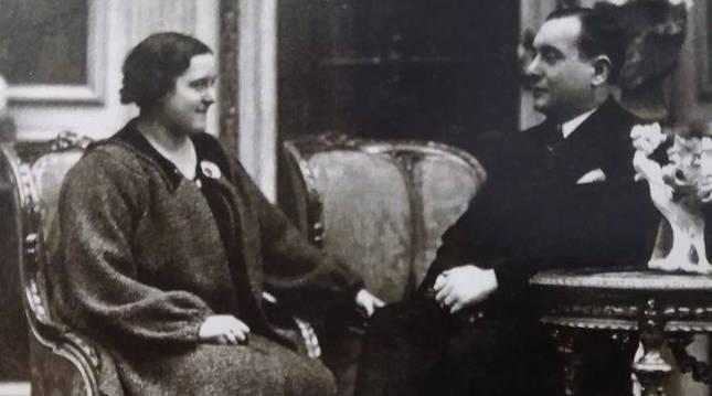 Julia Álvarez Resano, ya diputada socialista, posa con su marido, Amancio Muñoz, también diputado.