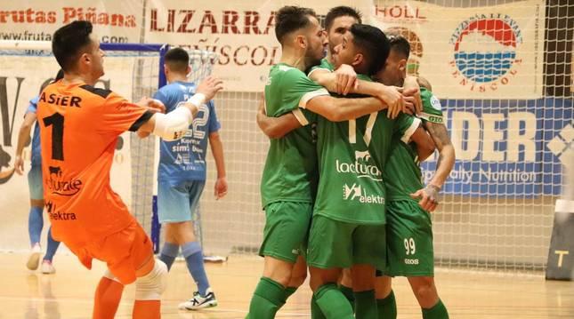 Los jugadores de Osasuna Magna celebran el primer gol que marcó Fabinho en el minuto 10.
