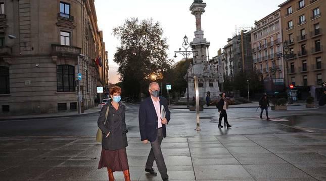 Bakartxo Ruiz y Adolfo Araiz entran al Palacio de Navarra para reunirse con María Chivite el pasado 13 de octubre.