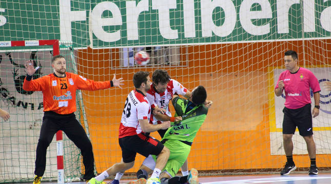 foto de El meta local Franzini realizó un gran partido ante el Helvetia Anaitasuna.