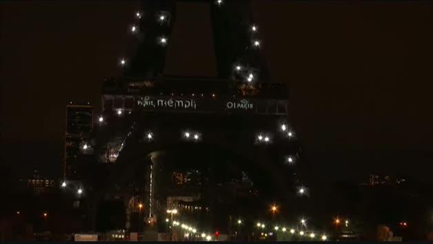 La Torre Eiffel se ilumina en memoria de las víctimas de los atentados terroristas de 2015