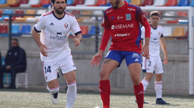 El jugador del Tarazona Roberto defiende la posesión ante la llegada de Santafé del Promesas.