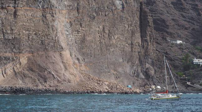 foto de Imagen de la zona de Argaga, en La Gomera, donde se produjo un desprendimiento en su acantilado de grandes dimensiones.