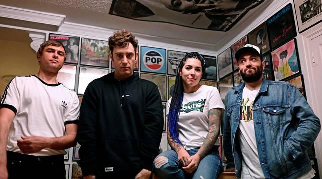 Los componentes del grupo La La Love You posan durante una entrevista.