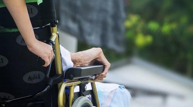 Foto de recurso de una persona mayor en silla de ruedas.