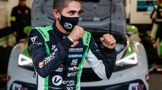 Foto del piloto navarro Mikel Azcona, celebra con rabia una victoria anterior.