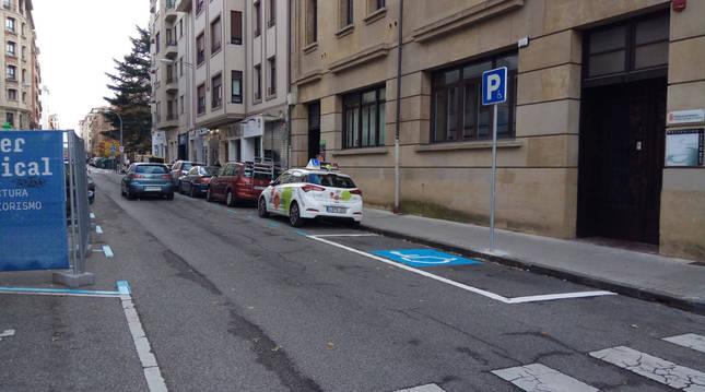Foto de plazas reservadas para personas con movilidad reducida en la calle Bergamín, a la altura de Salud Laboral.