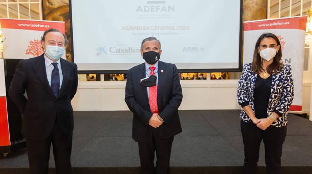 foto de El director del Instituto de Empresa Familiar (IEF), José Luis Blanco; el presidente de ADEFAN, Francisco Esparza; y la directora de Asociaciones Territoriales y Fórum Familiar, Inés Rovira.