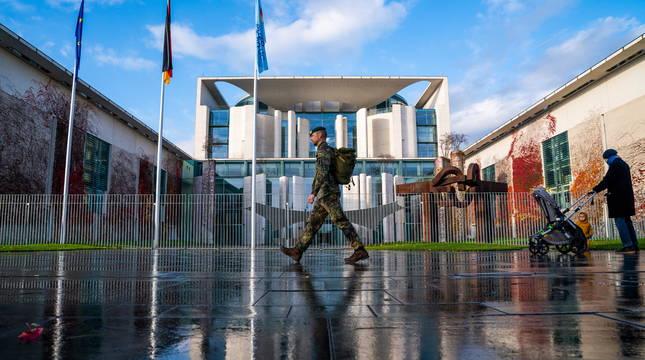Un soldado, frente a la cancillería en Berlín.